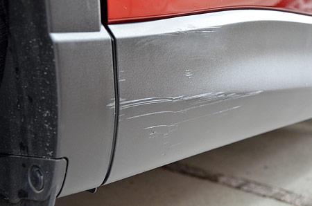 樹脂サイドモールの傷