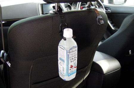 ヘッドレストホルダーにペットボトルを引っ掛ける