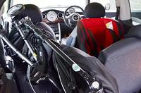 後部座席にベビーカーとチャイルドシート