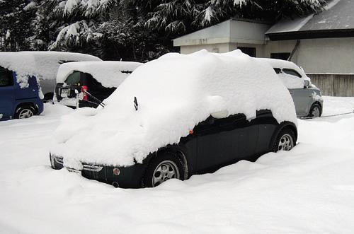 大雪に埋もれたBMW MINI COOPER