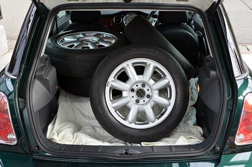 トランクにタイヤ4本を積むとこんな感じ