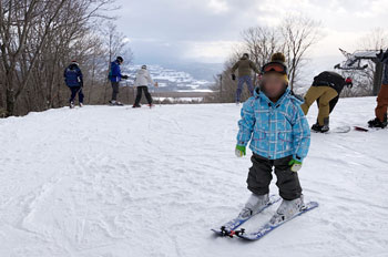 初めてスキーをする子供