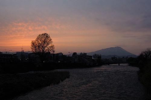夕焼けの北上川と岩手山