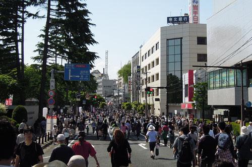 六魂祭で大混雑の大通り
