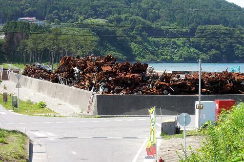 錆びついた廃車の山
