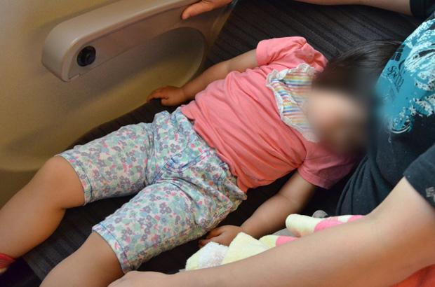 新幹線で爆睡する娘